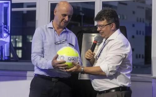 Fiates (D) passa a 'bola luminosa' da Certi para Muschellack Foto: Fernando Villadino, Fundação Certi, Divulgação