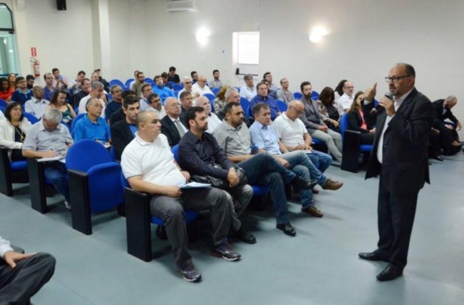 Empresários, representantes do Senai e da Prefeitura discutiram a necessidade da cidade ingressar de vez no sistema de Indústria 4.0. (Foto: Charles de Moura/PMSJC)