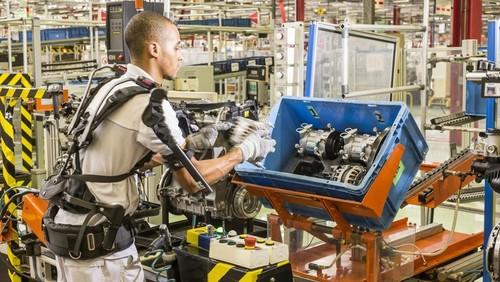 Funcionário da Fiat com exoesqueleto acoplado ao corpo: equipamento é usado para reduzir desgaste e aumentar a produtividade. Divulgação/ FCA