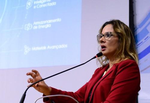 Gianna Sagazio contextualizou que, embora seja a 9ª maior economia do mundo, o Brasil aparece apenas na 85ª colocação em relação à inovação de produtos no Índice Global de Inovação