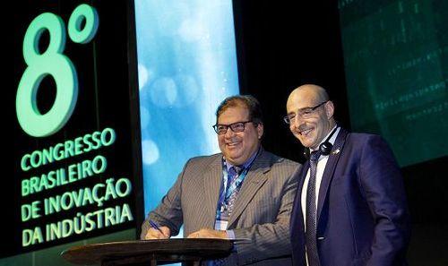 """O presidente da Finep, General Waldemar Barroso, assina Memorando de Entendimentos com  o Cônsul para Assuntos Econômicos do Israel Trade & Investment em São Paulo, Itzhak """"Tsahi"""" Reich"""
